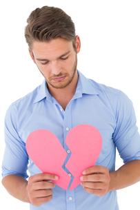 Young man holding broken heartの写真素材 [FYI00003266]