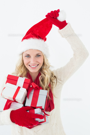 Attractive woman wearing santa hat with giftsの写真素材 [FYI00003267]