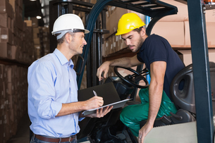 Warehouse manager talking with forklift driverの写真素材 [FYI00003269]