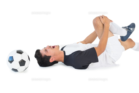 Soccer player lying down and shouting in painの写真素材 [FYI00003308]