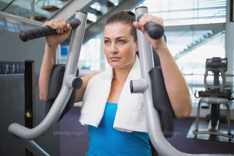 Fit brunette using weights machine for armsの写真素材 [FYI00003311]