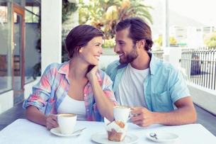 Happy couple enjoying coffee togetherの写真素材 [FYI00003327]