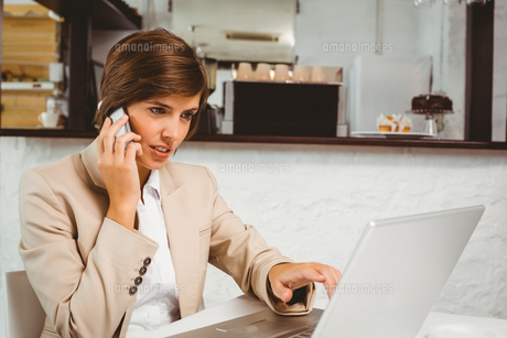 Pretty businesswoman working on her breakの写真素材 [FYI00003328]