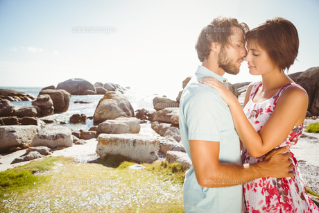 Gorgeous couple embracing by the coastの写真素材 [FYI00003332]