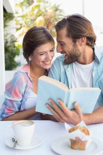 Happy couple enjoying coffee togetherの写真素材 [FYI00003337]