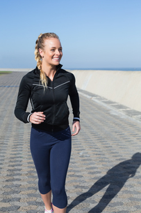 Fit blonde jogging on the pierの写真素材 [FYI00003342]