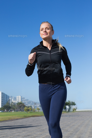 Fit blonde jogging on the pierの写真素材 [FYI00003343]