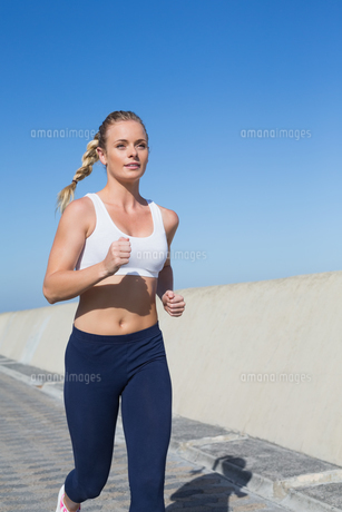 Fit blonde jogging on the pierの素材 [FYI00003344]