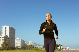 Fit blonde jogging on the pierの写真素材 [FYI00003347]