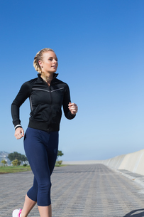 Fit blonde jogging on the pierの写真素材 [FYI00003348]