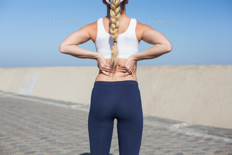 Fit blonde touching her back on the pierの素材 [FYI00003353]