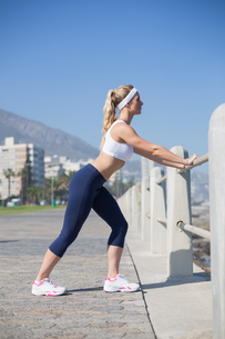 Fit blonde stretching on the pierの写真素材 [FYI00003356]
