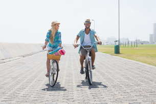 Cute couple on a bike rideの写真素材 [FYI00003357]