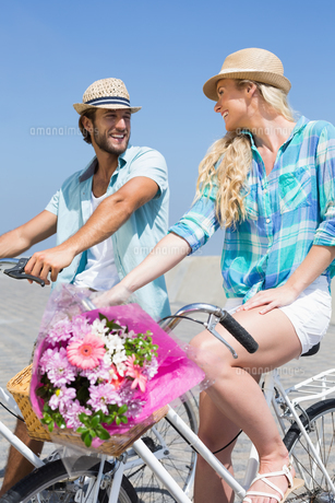Cute couple on a bike rideの写真素材 [FYI00003360]