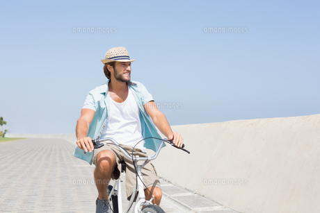 Handsome man on a bike rideの写真素材 [FYI00003361]