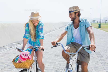 Cute couple on a bike rideの写真素材 [FYI00003364]