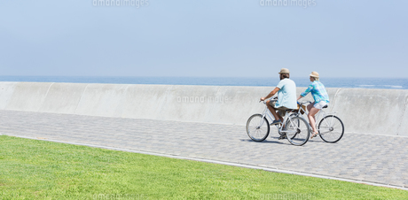 Cute couple on a bike rideの写真素材 [FYI00003365]