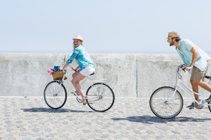 Cute couple on a bike rideの写真素材 [FYI00003366]