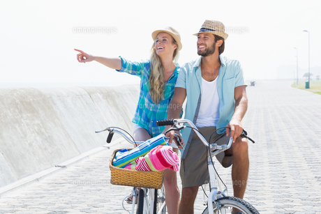 Cute couple on a bike rideの写真素材 [FYI00003367]