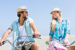 Cute couple on a bike rideの写真素材 [FYI00003368]