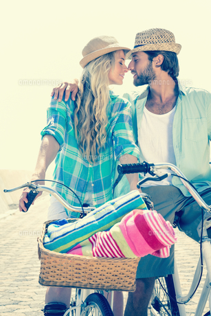 Cute couple on a bike rideの写真素材 [FYI00003369]