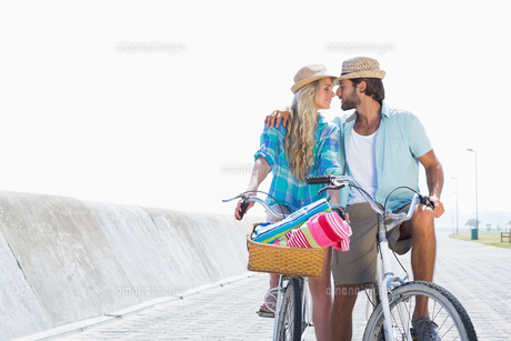 Cute couple on a bike rideの写真素材 [FYI00003370]