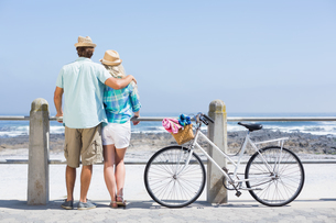 Cute couple on a bike rideの写真素材 [FYI00003373]
