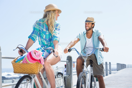 Cute couple on a bike rideの写真素材 [FYI00003374]