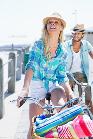 Cute couple on a bike rideの写真素材 [FYI00003376]