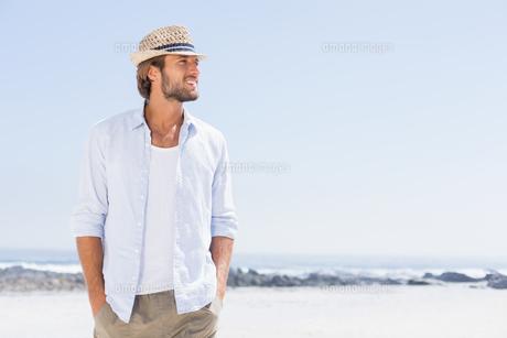 Handsome man enjoying the sunshineの写真素材 [FYI00003378]