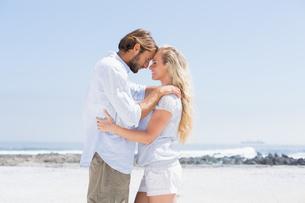 Cute couple hugging on the beachの写真素材 [FYI00003380]