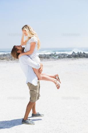 Cute couple hugging on the beachの写真素材 [FYI00003383]