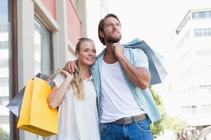 Attractive couple holding shopping bagsの写真素材 [FYI00003386]