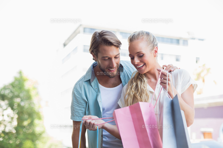 Attractive couple looking at shopping purchasesの素材 [FYI00003387]