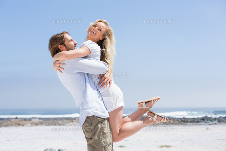 Cute couple hugging on the beachの写真素材 [FYI00003388]