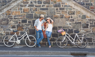 Attractive couple standing with bikesの写真素材 [FYI00003389]