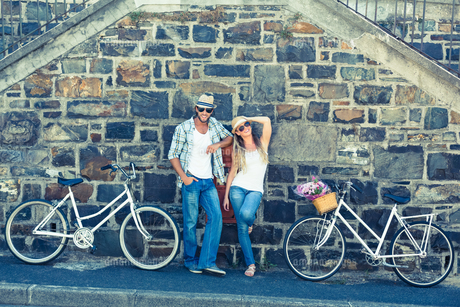 Attractive couple standing with bikesの写真素材 [FYI00003393]
