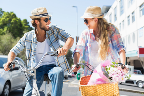 Attractive couple on a bike rideの写真素材 [FYI00003395]