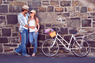 Attractive couple standing with bikesの写真素材 [FYI00003396]