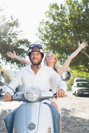 Attractive couple riding a scooterの写真素材 [FYI00003398]