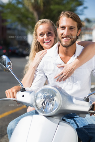 Attractive couple riding a scooterの写真素材 [FYI00003401]