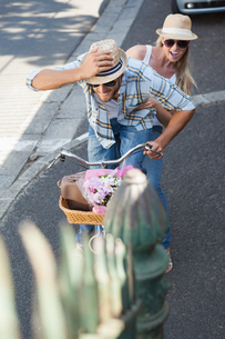 Cute couple on a bike rideの写真素材 [FYI00003408]