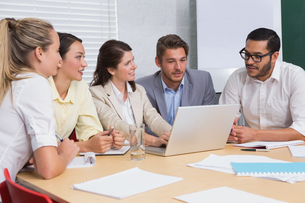 Casual business team having a meeting using laptopの写真素材 [FYI00003428]