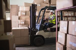Forklift machine in warehouseの写真素材 [FYI00003456]