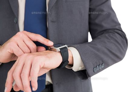 Businessman using his smart watchの写真素材 [FYI00003460]