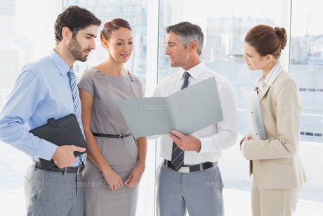 Employees having a business meetingの写真素材 [FYI00003464]