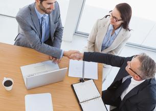 Business partners shaking handsの写真素材 [FYI00003468]