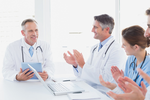 Doctors applauding a fellow doctorの写真素材 [FYI00003473]