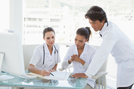 Doctors reviewing notes togetherの写真素材 [FYI00003479]