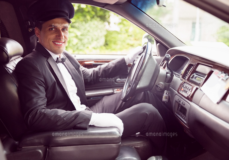 Limousine driver smiling at cameraの素材 [FYI00003505]